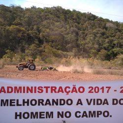 Prefeitura de Dores de Guanhães disponibiliza tratores agrícolas para aração de terra em atendimento às diversas demandas dos agricultores do município.