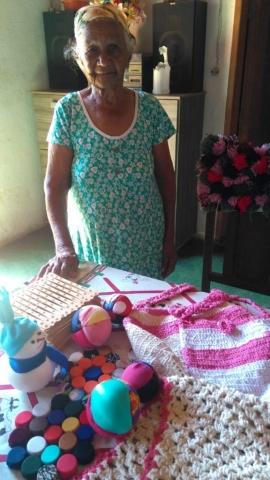 Dona Raimunda mostra seus trabalhos de oficina
