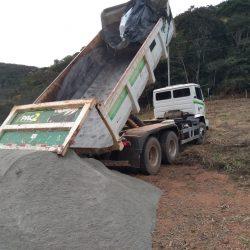Produtores rurais são beneficiados com doação de sementes, calcário e aração de terra.